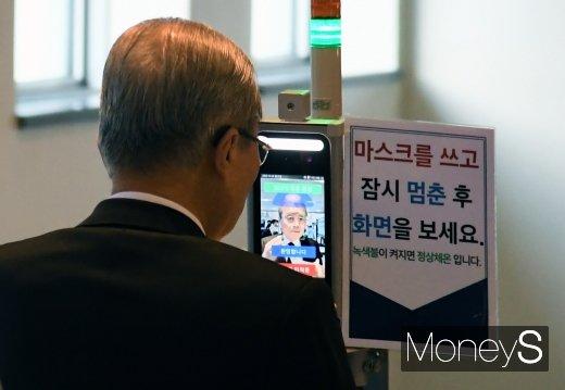 [머니S포토] 조문 전 체온 체크하는 김종인 위원장