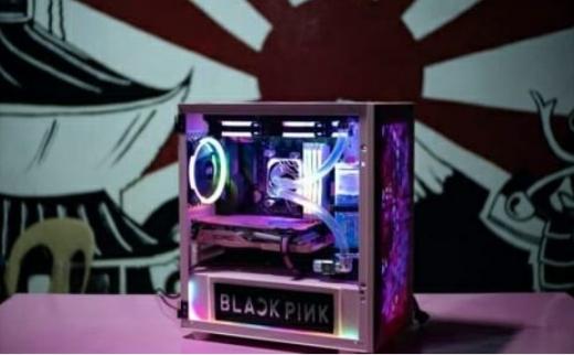 미국 반도체 업체 AMD가 욱일기를 배경으로 찍은 블랙핑크(BLACKPINK) 튜닝PC 게시물을 게재해 구설수에 올랐다. /사진=AMD 페이스북 캡처