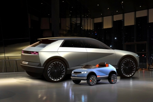 현대자동차그룹이 EV 콘셉트카 '45' 디자인을 활용해 제작한 어린이 전동차의 이미지와 제작 과정 영상을 27일 공개했다./사진제공=현대자동차