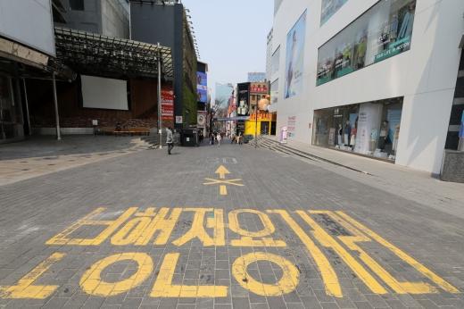코로나19 확산 여파로 유동인구가 크게 줄어든 서울 중구 명동 거리의 최근 모습. /사진=뉴시스 고범준 기자