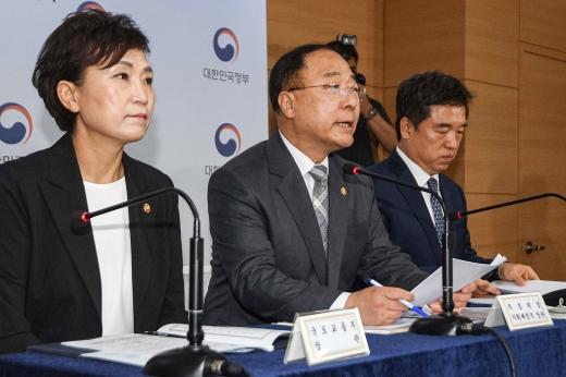 왼쪽부터 김현미 국토교통부 장관, 홍남기 경제부총리, 서정협 서울시장 권한대행. /사진=머니투데이