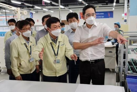 베트남 공장을 살피고 있는 이재용 삼성전자 부회장. / 사진=삼성전자