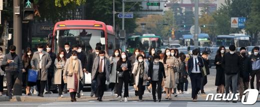 28일 0시 기준 신종 코로나바이러스 감염증(코로나19) 확진자가 103명 발생했다. 일일 확진자 수는 이틀 만에 다시 세 자릿 수로 증가했다. /사진=뉴스1