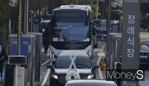 [머니S포토] 이동하는 故 이건희 삼성그룹 회장 운구차량