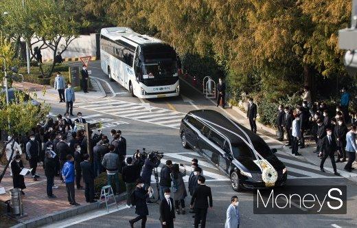 [머니S포토] 장례식장 떠나는 故 이건희 회장 운구차량