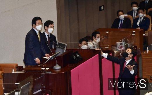 [머니S포토] 국회의장 항의하는 김성원 원내수석부대표