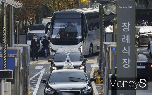 이건희 삼성전자 회장의 운구차량이 서울 일원동 삼성의료원 장례식장을 빠져나오고 있다./사진=장동규 기자