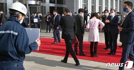 류호정 정의당 의원(왼쪽)이 28일 서울 영등포구 국회에서 시정연설차 도착한 문재인 대통령을 향해 서서 중대재해기업차벌법 촉구 1인 시위를 하고 있다. /사진=뉴스1