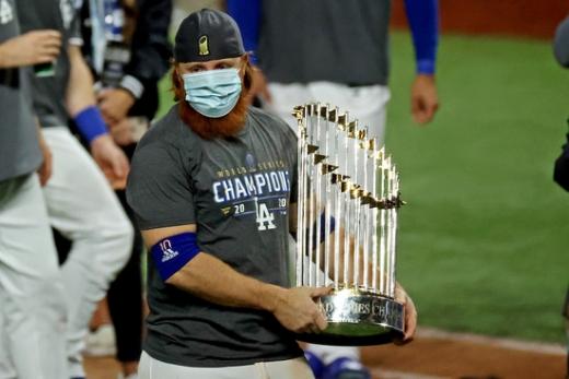 LA 다저스 내야수 저스틴 터너가 28일 열린 탬파베이 레이스와의 월드시리즈 6차전 경기가 끝난 뒤 트로피를 든 채 포즈를 취하고 있다. /사진=로이터