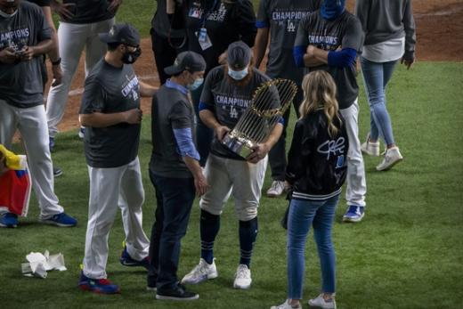 LA 다저스 내야수 저스틴 터너(오른쪽 두번째)가 28일 열린 탬파베이 레이스와의 월드시리즈 6차전 경기가 끝난 뒤 지인들과 트로피를 들고 이야기를 나누고 있다. /사진=로이터