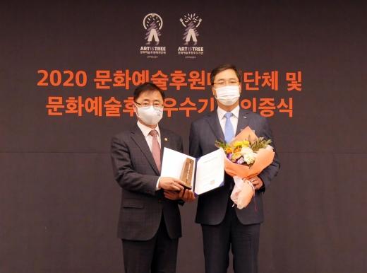 BNK경남은행 여창현 상무(오른쪽)가 오영우 문화체육관광부 제1차관으로부터 2020년 문화예술후원 우수기관 인증패를 수여 받고 있다./사진=경남은행