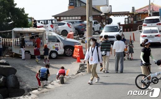 추석연휴 첫날인 지난 9월30일 오후 제주시 애월읍 한담해변이 혼잡한 모습을 보이고 있다. /사진=뉴스1