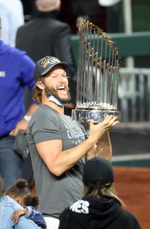 LA 다저스 투수 클레이튼 커쇼가 28일(한국시간) 탬파베이 레이스와의 월드시리즈 6차전 경기가 끝난 뒤 열린 우승 축하행사에서 트로피를 든 채 환호하고 있다. /사진=로이터
