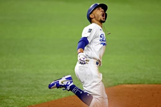 LA 다저스 외야수 무키 베츠가 28일(한국시간) 미국 텍사스주 알링턴의 글로브 라이프 필드에서 열린 2020 메이저리그 월드시리즈 6차전 탬파베이 레이스와의 경기에서 8회말 솔로 홈런을 때린 뒤 환호하고 있다. /사진=로이터