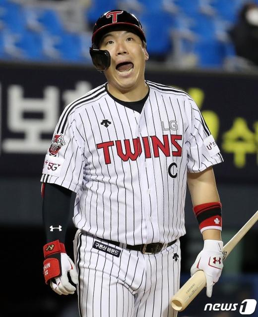 [사진] 김현수 '얼굴로 표현하는 아쉬운 마음'