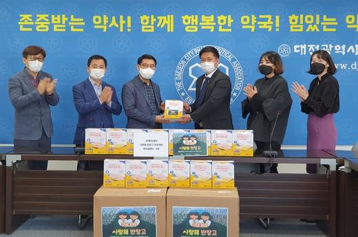 JW중외제약이 학대 피해 아동들을 지원하기 위해 대전시약사회에 '하이맘밴드'를 기부했다./사진=JW중외제약