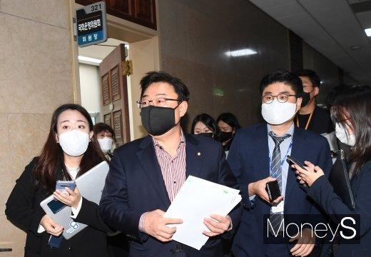 [머니S포토] 운영위원장실 나서는 김성원 원내수석부대표