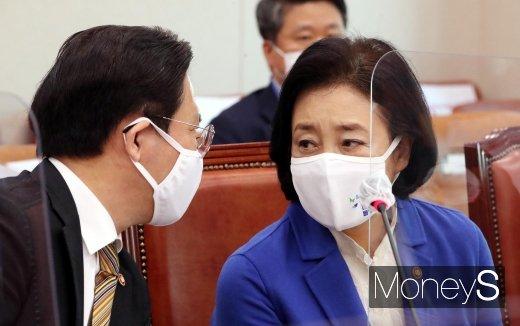 [머니S포토] 대화하는 성윤모 장관과 박영선 장관