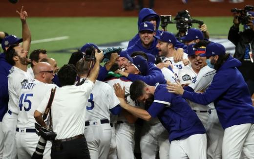 LA 다저스 선수들이 지난 28일(한국시간) 미국 텍사스주 알링턴의 글로브 라이프 필드에서 열린 2020 메이저리그 월드시리즈 6차전 탬파베이 레이스와의 경기에서 3-1로 승리한 뒤 다함께 기뻐하고 있다. /사진=로이터
