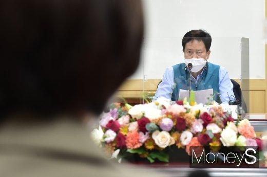 [머니S포토] 유은혜 부총리 바라보는 권정오 전교조 위원장