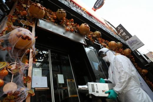 핼러윈 데이를 앞둔 지난 29일 오전 서울 용산구 이태원 세계음식거리에서 용산구청 관계자들이 신종 코로나바이러스 감염증(코로나19) 확산을 방지를 위한 방역작업을 하고 있다. /사진=뉴스1