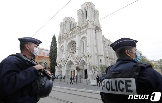 프랑스 경찰이 29일 이슬람 테러가 벌어진 니스 노트르담 성당 주변에서 경계를 서고 있다. © AFP=뉴스1