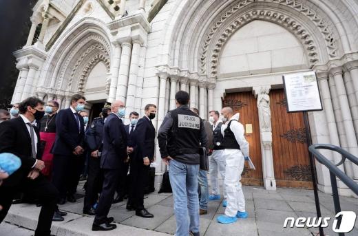 에마뉘엘 마크롱 프랑스 대통량이 테러 현장인 니스시 노트르담 성당을 찾았다. © AFP=뉴스1