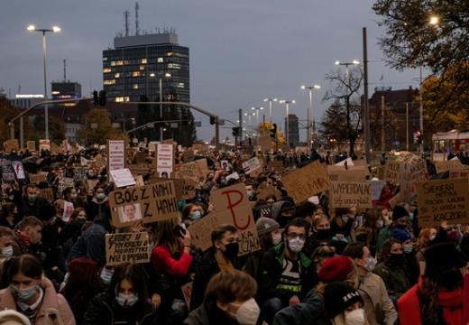28일(현지시각) 폴란드 포모르스키주 그단스크에서 시민들이 헌법재판소의 낙태 위헌 판결에 항의하며 집회를 열고 있다. /사진=로이터