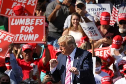 도널드 트럼프 미국 대통령이 지난 24일(현지시간) 미국 노스캐롤라이나주의 로비슨 카운티에서 선거 유세를 진행하고 있다. /사진=로이터