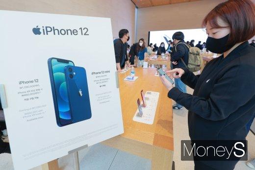 [머니S포토] '애플 첫 5G 아이폰12'