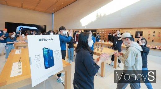 [머니S포토] '아이폰12 국내 판매 시작'