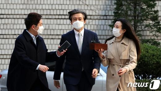 """30일 조국 전 법무부 장관(가운데)이 """"박훈 변호사의 사진공개는 공익적 판단으로 보인다""""고 밝혔다. /사진=뉴스1"""