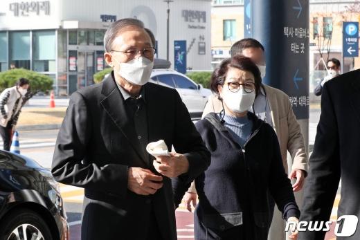 이명박 전 대통령(78·왼쪽)이 부인 김윤옥씨와 함께 30일 오전 서울 종로구 서울대병원에 진료를 위해 도착하고 있다. /사진=뉴스1