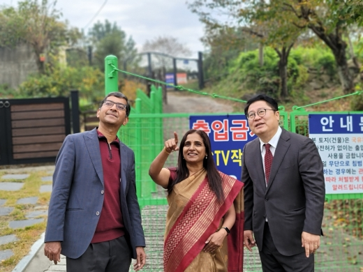 지난 20일 양산시를 방문한 인도 주한대사(가운데)와 함께 문재인 대통령 사저예정지를 둘러본 이재영 위원장(오른쪽)./사진=민주당양산시갑위원회