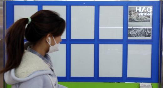공인중개사 응시생이 역대 최다인 '34만명'이 몰린 것으로 조사됐다. 사진은 매물란이 비어있는 서울시내 한 공인중개업소. /사진=뉴시스 박미소 기자