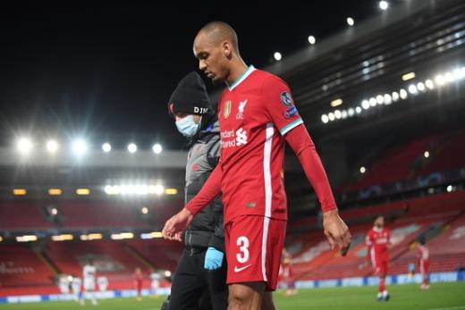 리버풀 미드필더 파비뉴가 지난 28일(한국시간) 영국 리버풀의 안필드에서 열린 2020-2021 UEFA 챔피언스리그 조별예선 미트윌란전에서 전반전 부상을 당한 뒤 경기장을 빠져나오고 있다. /사진=로이터