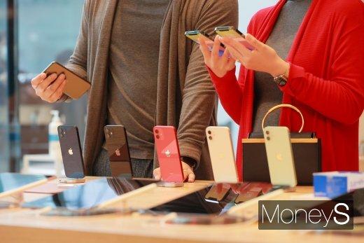 30일 '아이폰12' 출시를 맞아 애플스토어를 찾은 소비자들이 제품을 체험해보는 모습 (사진=장동규 기자)