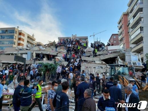 30일 터키 서부 에게해 해상에서 규모 7의 강진이 발생했다. 사진은 이즈미르의 건물 붕괴 현장. © 로이터=뉴스1