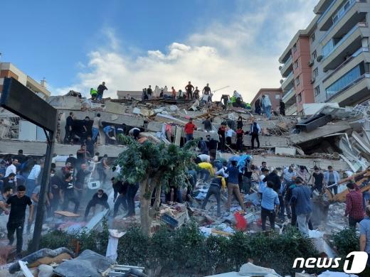 지진으로 건물이 무너진 터키 이즈미르에서 시민들과 당국이 구조 작업에 나서고 있다. © 로이터=뉴스1