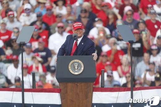 도널드 트럼프 미국 대통령이 29일 (현지시간) 플로리다주 탬파의 레이먼드 제임스 스타디움에서 열린 선거집회서 유세를 하고 있다. © AFP=뉴스1 © News1 우동명 기자