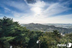 문 대통령, 북악산 철문 열었다… 김신조 사건 이후 52년만
