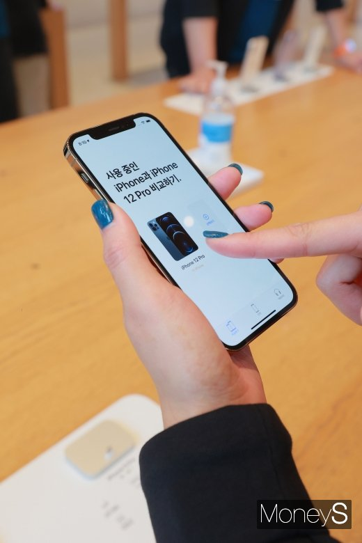 애플 신제품 아이폰12 시리즈가 한국에 정식 출시된 30일 오전 서울 강남구 애플스토어 가로수길에서 고객들이 아이폰12를 살펴보고 있다. /사진=장동규 기자