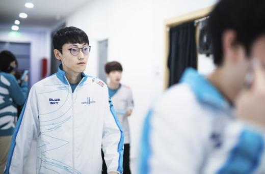 리그오브레전드 월드 챔피언십(롤드컵) 결승전에서 한국팀 담원 게이밍이 우승 트로피를 안았다. 사진은 '너구리' 장하권. /사진=라이엇게임즈 제공