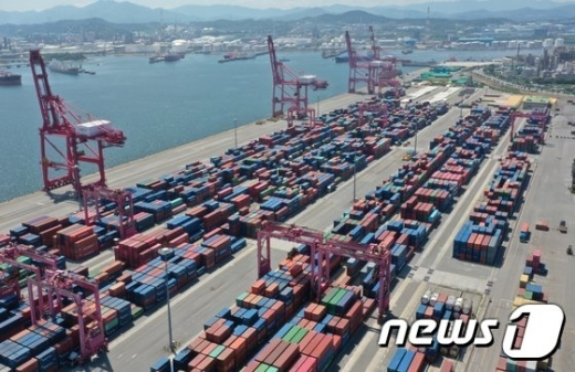 코로나 2차 팬더믹에 우리나라의 지난달 수출이 전월대비 3.6% 감소했다./사진=뉴스1