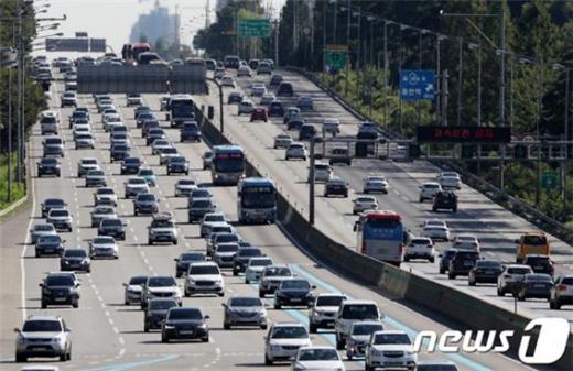 단풍놀이 차량들이 몰리기 시작하며 고속도로 교통정체가 시작됐다./사진=뉴스1