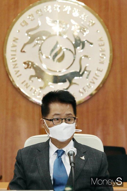 [머니S포토] 정치9단 박지원, 국정원장으로 맞이한 2020 국감