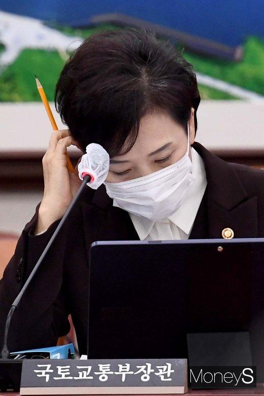 [머니S포토] 고심하는 김현미 국토 장관
