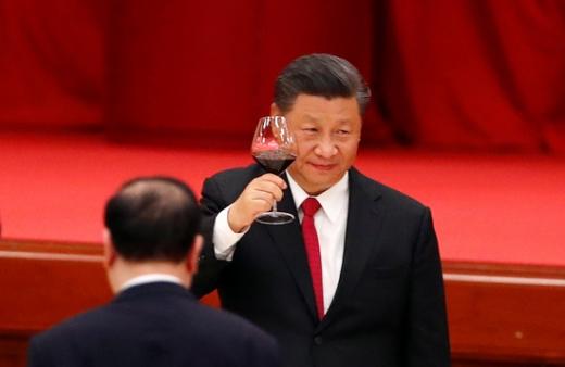 지난 9월 30일 시진핑 중국 국가주석이 중국 베이징에서 열린 건국 71주년 기념식에 참석해 와인잔을 들어올리고 있다. /사진=로이터