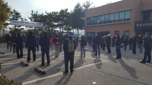 연천군 왕징면 체육회는 지난 10월 31일 왕징면 행정복지센터 앞마당에서 '2020년 왕징 평화누리 숲길 걷기대회'를 개최하였다고 밝혔다. / 사진제공=연천군