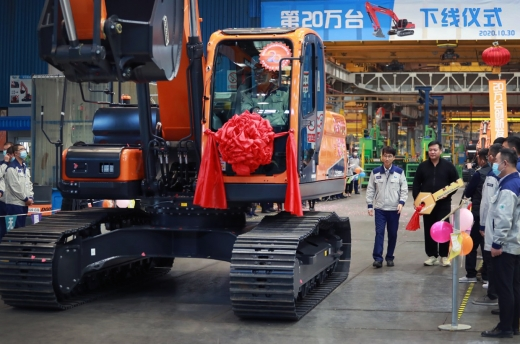 중국 옌타이에 위치한 두산인프라코어 중국법인이 설립 26년 만에 굴착기 누적생산 20만대를 돌파하고 지난달 30일 생산기념식을 열었다./사진=두산인프라코어